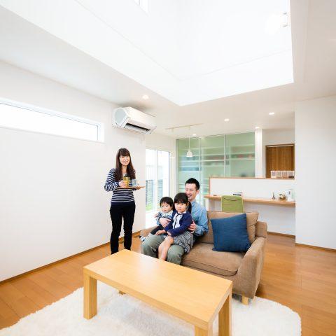 お客様の声 / 光に包まれた明るいリビングで豊かに!機能と住みやすさを備えたZEH住宅 (松山市A様)